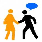 Ein Unternehmer spricht eine Kundin an