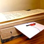 Ein altes Buch mit einer Visitenkarte